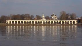 Vista de la corte de Yaroslavovo, d?a nublado de abril Veliky Novgorod, Rusia metrajes