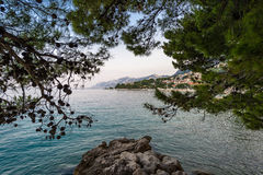 Vista de la costa costa del mar adriático y del croata de Brela, Croacia Foto de archivo