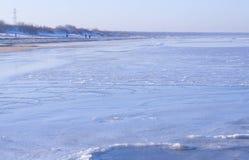 Vista de la costa costa del mar en invierno Imágenes de archivo libres de regalías