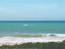 Vista de la costa costa vacía que ve la agua de mar en diversos colores Imagen de archivo