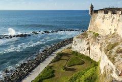Vista de la costa costa y de la pared del exterior del EL Morro del fuerte en San Juan foto de archivo