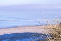 Vista de la costa de mar en invierno Fotografía de archivo
