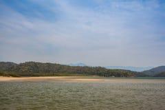 Vista de la costa de montañas y del mar de Paraty - Río de Imagen de archivo