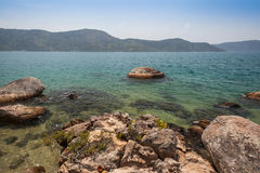 Vista de la costa de montañas y del mar de Paraty - RJ Imágenes de archivo libres de regalías