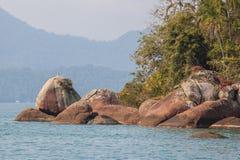 Vista de la costa de montañas y del mar de Paraty - RJ Imagen de archivo