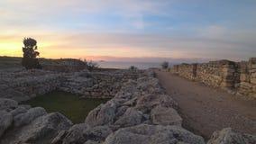 Vista de la costa de mar cerca de las ruinas de la ciudad antigua metrajes