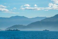 Vista de la costa de Padang con el ancla de varios barcos de la Armada cerca de la costa fotos de archivo libres de regalías