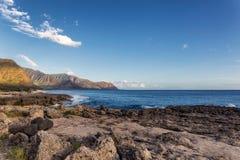 Vista de la costa costa rocosa en luz del sol caliente de la tarde, isla de Oahu fotografía de archivo libre de regalías
