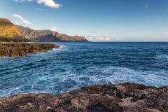 Vista de la costa costa rocosa en luz del sol caliente de la tarde, isla de Oahu foto de archivo