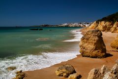 Vista de la costa y de acantilados en Albufeira, distrito Faro, Algarve, Portugal meridional imagen de archivo