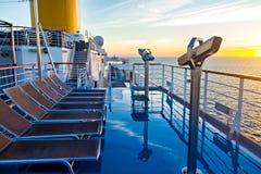 Vista de la cubierta, del océano y de la salida del sol del barco de cruceros Fotos de archivo