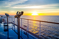 Vista de la cubierta, del océano y de la salida del sol del trazador de líneas de la travesía Fotografía de archivo libre de regalías