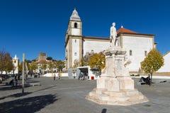 Vista de la D Cuadrado de Pedro V en el pueblo de Castelo de Vide, con Santa Maria da Devesa Church y el castillo medieval encend Fotos de archivo