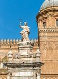 Vista de la estatua delante de la catedral de Palermo, Sicilia, Italia de Santa Rosalia imagen de archivo