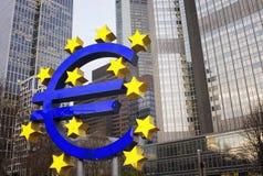 Vista de la estatua hecha con euro y las estrellas imagenes de archivo