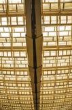 Vista de la estructura de cristal y de acero del techo en la alameda de compras que forma un modelo abstracto en París imagen de archivo libre de regalías