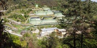Vista de la fábrica del tanque para el almacenamiento del petróleo a granel y de la gasolina fotos de archivo