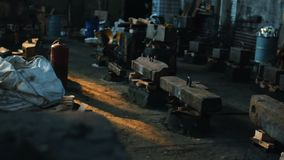 Vista de la fábrica o de la planta metalúrgica de trabajo vieja con el equipo para la fundición de acero Cantidad com?n industria metrajes