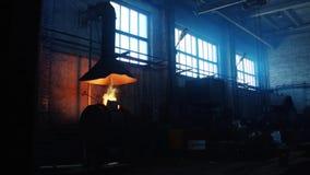 Vista de la fábrica o de la planta metalúrgica de trabajo vieja con el equipo para la fundición de acero Cantidad com?n industria almacen de metraje de vídeo