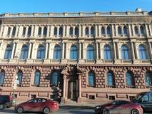 Vista de la fachada del edificio con bajorrelieves y de las estatuas de ángeles fotografía de archivo
