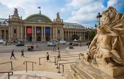Vista de la fachada de Grand Palais el gran palacio en París, Francia imagen de archivo