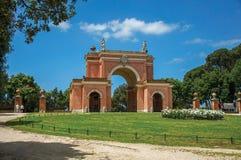 Vista de la fachada inusual del teatro en el parque de Pamphili del chalet en un día soleado en Roma Fotografía de archivo libre de regalías