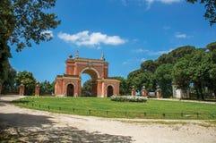 Vista de la fachada inusual del teatro en el parque de Pamphili del chalet en un día soleado en Roma Imagenes de archivo