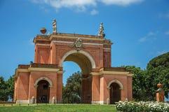 Vista de la fachada inusual del teatro en el parque de Pamphili del chalet en un día soleado en Roma Foto de archivo