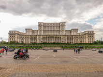 Vista de la fachada vieja del arhitecture del cuadrado de Constitutiei, Bucarest Imagen de archivo