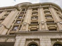Vista de la fachada vieja del arhitecture del cuadrado de Constitutiei, Bucarest Foto de archivo