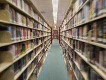 Vista de la fila de libros en una biblioteca pública, efecto de la falta de definición foto de archivo libre de regalías