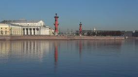 Vista de la flecha del día de la isla de Vasilievsky en abril St Petersburg metrajes