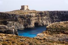 Vista de la fortaleza, de la costa precipitada y del fragmento del mar del color hermoso Fotos de archivo libres de regalías