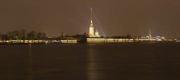 Vista de la fortaleza de Petravlosk en la noche St Petersburg, Rusia imágenes de archivo libres de regalías