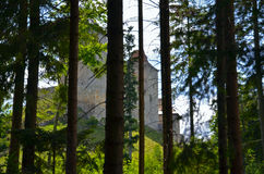 Vista de la fortaleza medieval empleada una colina Foto de archivo libre de regalías