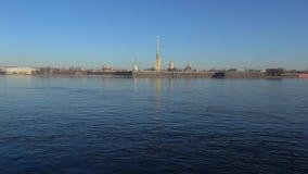 Vista de la fortaleza de Peter y de Paul, timelapse del día de abril St Petersburg almacen de metraje de vídeo
