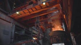 Vista de la fundición del metal con la cucharón dentro de la fundición cantidad Interior de la planta metalúrgica sucia en oscuri metrajes