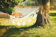Vista de la hamaca y del libro en un día de verano Foto de archivo