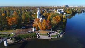Vista de la iglesia de Alexander Nevsky, otoño de oro Ust-Izhora, alrededores de St Petersburg almacen de metraje de vídeo