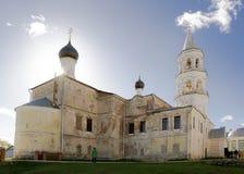 Vista de la iglesia antigua en un día soleado brillante Fotos de archivo libres de regalías