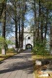 Vista de la iglesia de la puerta y del monasterio de los álamos en el monasterio de Danilov de la trinidad santa Pereslavl-Zaless Foto de archivo
