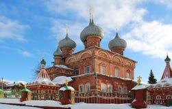 Vista de la iglesia de la resurrección en la Debra en un día de invierno soleado Rusia fotografía de archivo