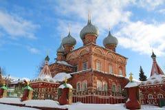 Vista de la iglesia de la resurrección en la Debra en un día de invierno soleado Rusia imagenes de archivo
