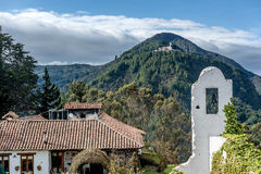 Vista de la iglesia de Monserrate en Bogotá, Colombia foto de archivo