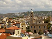 Vista de la iglesia del alto campanario y de la casa de Chania foto de archivo