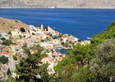 Vista de la iglesia del anuncio en la isla de Symi y de la bahía del Mar Egeo fotos de archivo