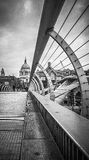 Vista de la iglesia del St Pauls del puente del milenio Fotos de archivo libres de regalías