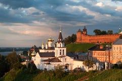 Vista de la iglesia de Elijah The Prophet en el fondo del Kremlin, Nizhny Novgorod, Rusia Foto de archivo