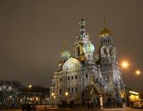 Vista de la iglesia en la noche Imagenes de archivo