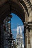 Vista de la iglesia votiva del otro edificio en Viena Imágenes de archivo libres de regalías